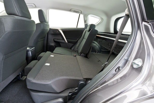 RAV4 GX - rear seats with split fold