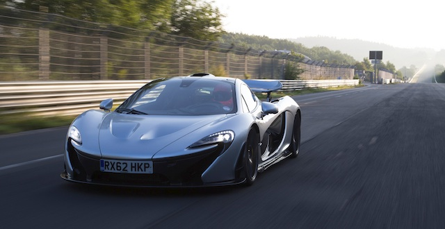 McLaren P1 ... 330km:h on the straight