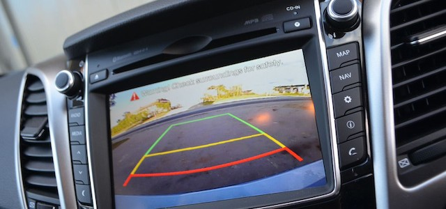 2012-Hyundai-i30-Premium-diesel-–-reverse-camera-screen